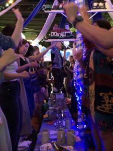 ドイツ料理レストラン 椅子に立って踊る客